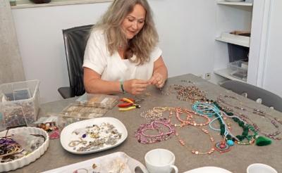 <p>Caroline Albert uit Boxtel opent binnenkort een pop-up store waar ze zelfgemaakte sieraden verkoopt. (Foto: Albert Stolwijk). </p>