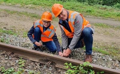 <p>Daan Gokke helpt wethouder Fred van Nistelrooij een handje met het spoor. (Foto: eigen collectie).</p>