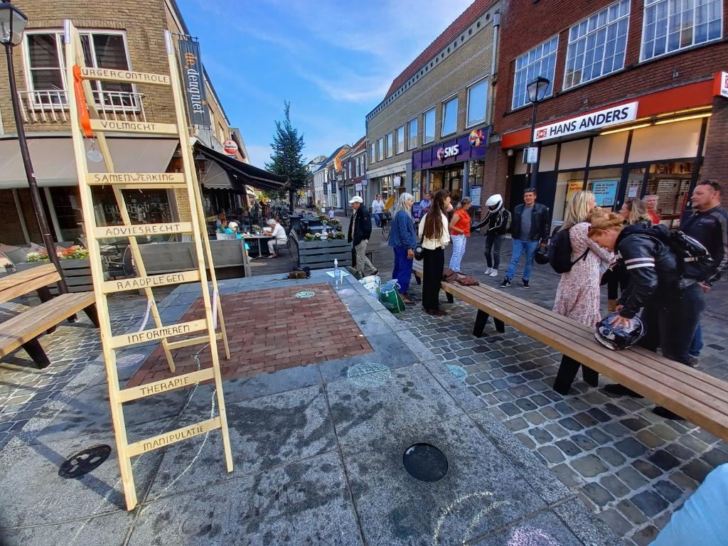 De zogeheten ladder van Arnstein,  een bekend model om participatievormen mee weer te geven. Kunstenaarscollectief YAFF gebruikte de trap. Foto: Jan Hermens ©