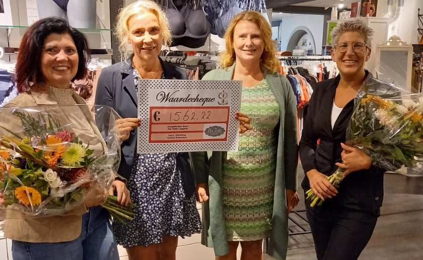 José Gerrits overhandigde samen met Natasja Willems een cheque aan Ellen swarborn (voorzitter) en Astrid Schering (secretaris ) van de stichting Lichen sclerosus.