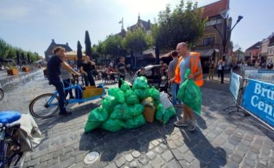<p>Merijn Koelink (op de bakfiets) reed met volle vuilniszakken naar de Markt. Hij trof in Boxtel vooral veel blikjes aan.</p>
