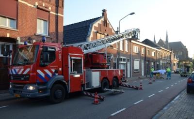 De brandweer heeft met een ladderwagen een zieke uit huis gehaald. De Baroniestraat werd deels afgesloten. (Foto: Marie Fick).