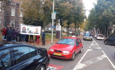 <p>Het verkeer is hier bar en wij zijn boos. Protest in 2019 tegen de verkeersdrukte op de Baroniestraat. (Foto: Henk van Weert).</p>