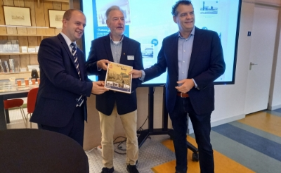 <p>Oskar Martens (links) en Henk van Beers (midden) overhandigen wethouder Hans Heesen het eerste boek. (Foto: Jan Hermens).</p>