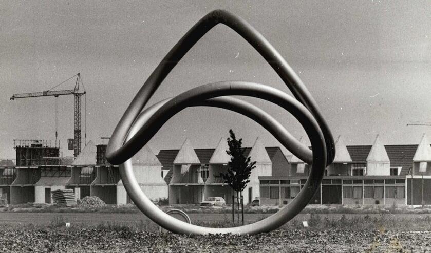 Kunstwerk 'De Cirkel' van Anneke van Bergen in 1984 op rotonde Schoenaker/ Leigraaf. Uit een bepaalde richting is het klavertje vier dat symbool staat voor de fusiegemeente in dit kunstwerk terug te zien.