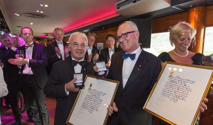 Tijdens het 20 jarige jubileum van de Harten 4 Groep op 5 september 2015 ontvingen Ton Hendrix (L) en Fons van den Donk de Zilveren Erepenning van de gemeente Beuningen.
