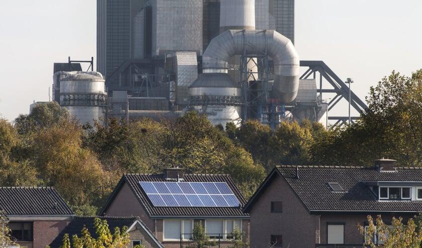 Huis in Weurt met zonnepanelen met op de achtergrond de Electrabel Centrale.