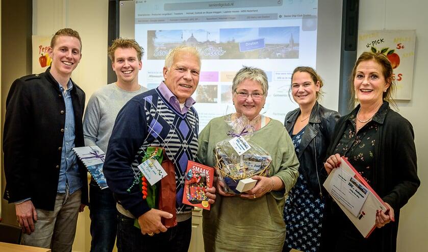 V.l.n.r.: Swen Wigmans, Bart van Kraaij, Harry van Deelen en zijn cursist, afdelingsleider Mayke Graven en onderwijsassistente Antoinette Heijnen.