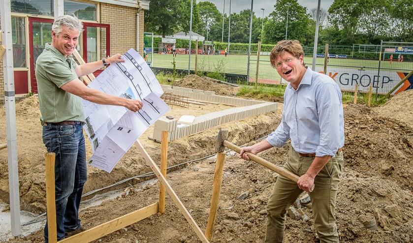 Voorzitter van Hockeyclub Druten René Pit (rechts) en Bart Bosman van Stichting Hockey Druten.