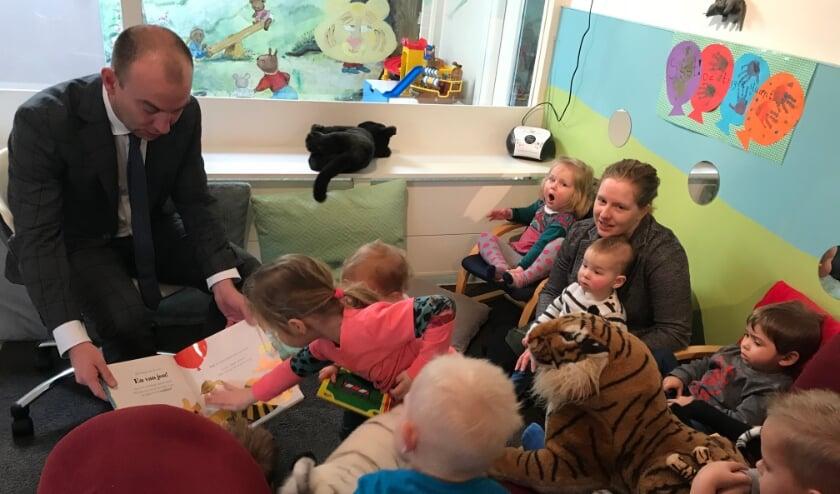 <p>Burgemeester Vincent van Neerbos leest voor aan kinderen bij KDV Hummeltjeshof.</p>