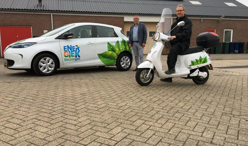Wethouder piet de Klein en Stefan Reijers met elektrische auto en scooter.