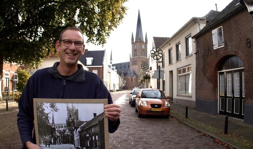 Antoon Hol met een foto uit 1945 van de kapotgeschoten kerk.