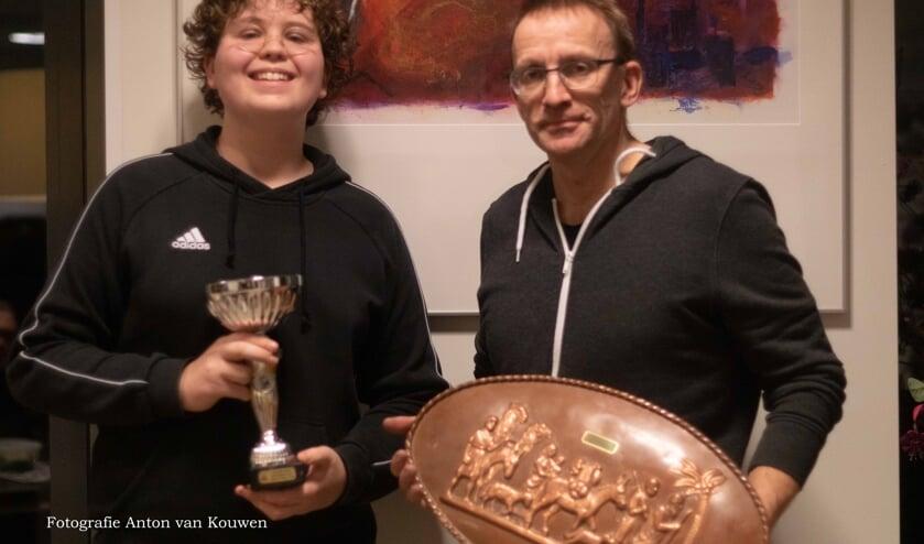 Freek ten Boske met de beker en Pieter van Dijk met de kampioenschaal.