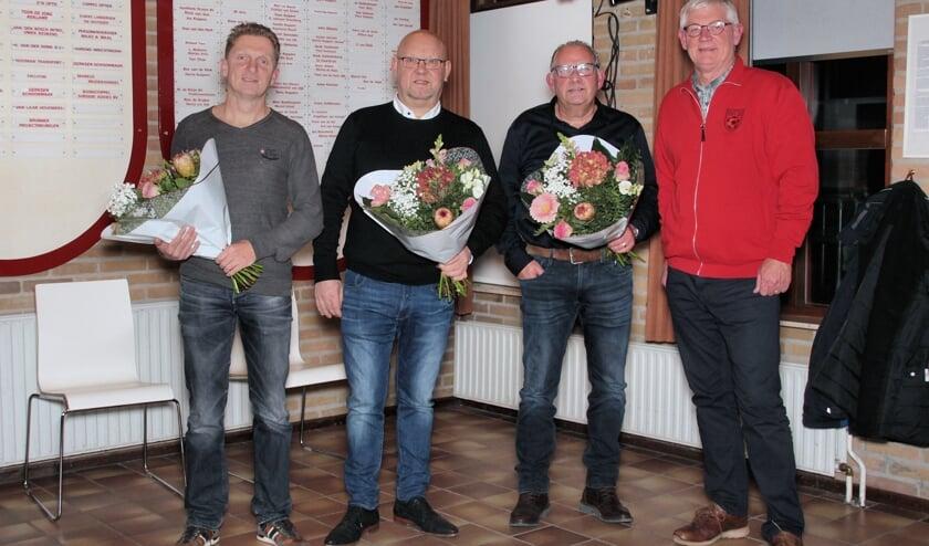 De jubilarissen gingen met voorzitter Hans Berendsen op de foto. Staand van links naar rechts: Anthony van Elk, Tonny Willems, Toon Koppers, Hans Berendsen