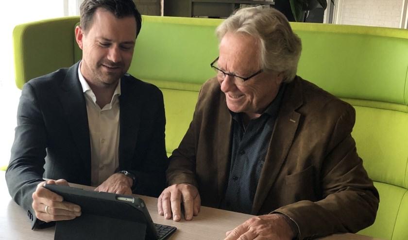 Wethouders Sander Bos van West Maas en Waal (l) en André Springveld van Druten (r) nemen de enquête door