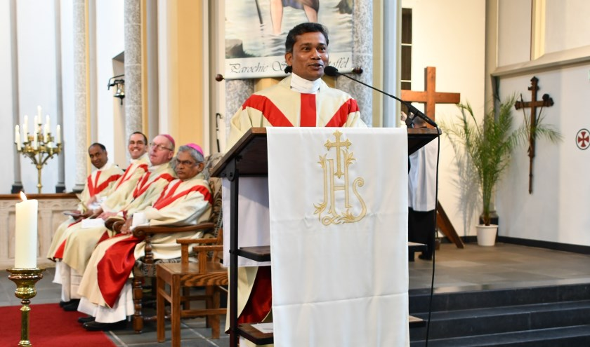Titus Santhanam tijdens zijn installatie als nieuwe pastoor.