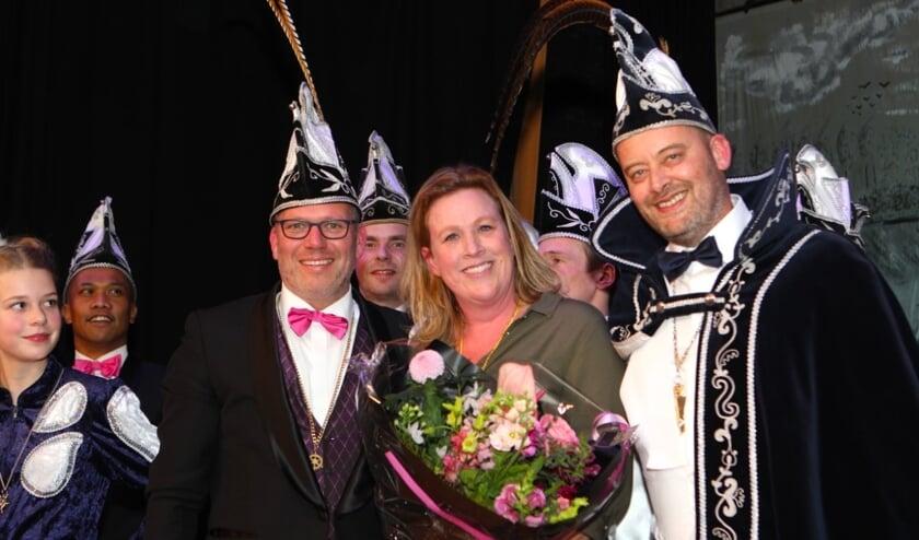 Verdienstelijk Wamelnaar Monique van der Zandt geflankeerd door Prins Pang en Adjudant Piet van Zwolgen
