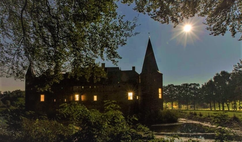 <p>kasteel Hernen in de avonduren</p>