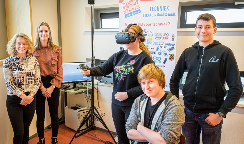 Sam, Jeske, Wessel en Filip en een klasgenoot die de VR-bril test.