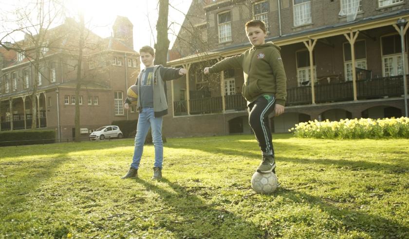 Jop en Marlon houden 1,5 meter afstand.
