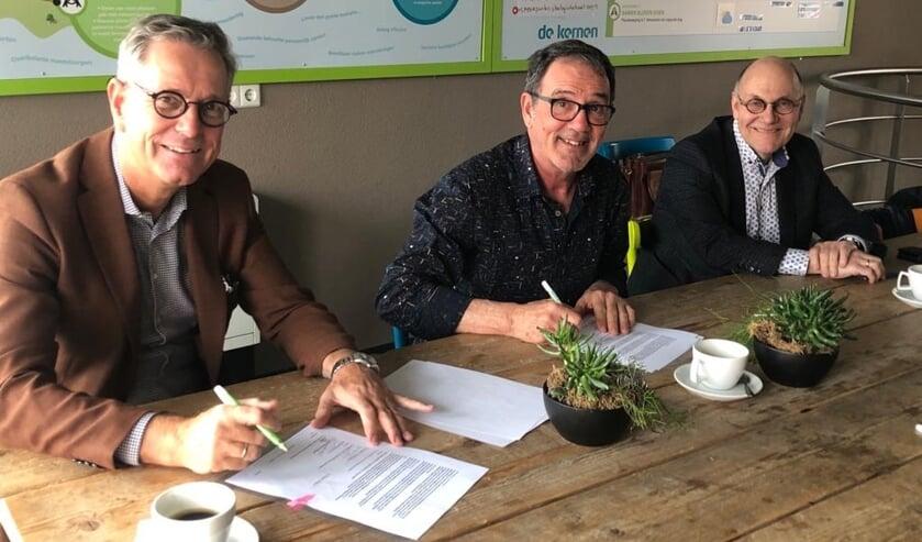 v.l.n.r. Marinus Kempe, directeur bestuurder De Kernen, Chris van Velzen, bestuurslid DGWN, Piet Huijsman, voorzitter bestuur DGWN.