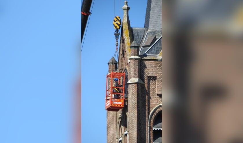 Reparatie aan de Maasbommelse kerkklok.