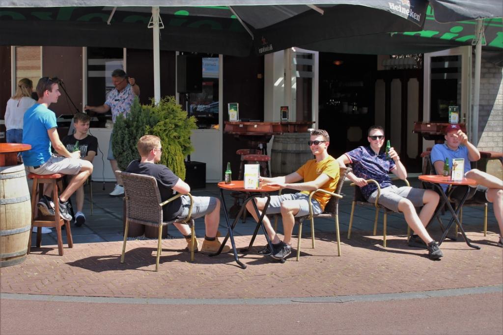 Terrassen weer open in Maas en Waal, café De Bever Beneden-Leeuwen Foto: Reinier Jansen © DeMaasenWaler