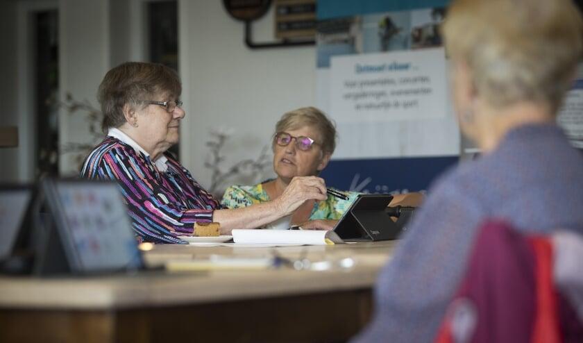 Ouderen krijgen uitleg over de seniorentablet.