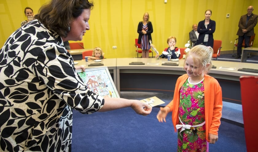 Burgemeester Daphne Bergman reikt de eerste prijs uit aan Nora.