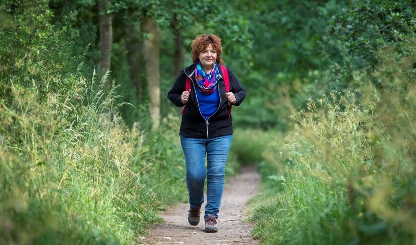 Annelies van Hulst wandelend op het Doddendaelpad.
