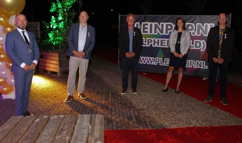<p>De vier onderscheiden bestuursleden met burgemeester Vincent van Neerbos.</p>