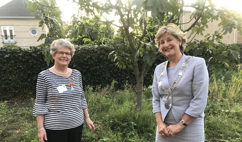 Jessie Reulen en burgemeester Corry van Rhee-Oud Ammersveld.