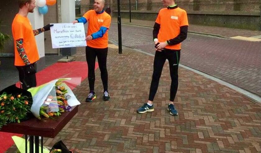 <p>De overhandiging van de cheque na het lopen van de marathon.</p>