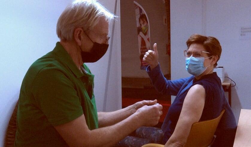 Verpleegkundige Wilma krijgt coronavaccin.