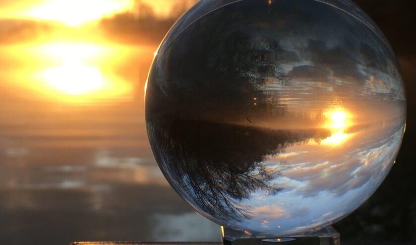 <p>Wendy Kroes fotografeerde De Uivermeertjes in Deest tijdens de zonsopgang. Ze gebruikte hiervoor een lensbal.</p>