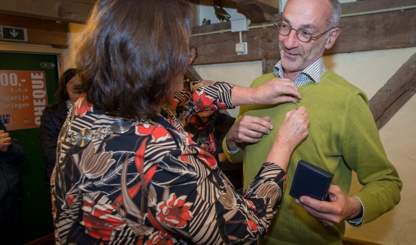 <p>Burgemeester Daphne Bergman spelt William van den Akker de Zilveren Erepenning van de gemeente Beuningen op.</p>