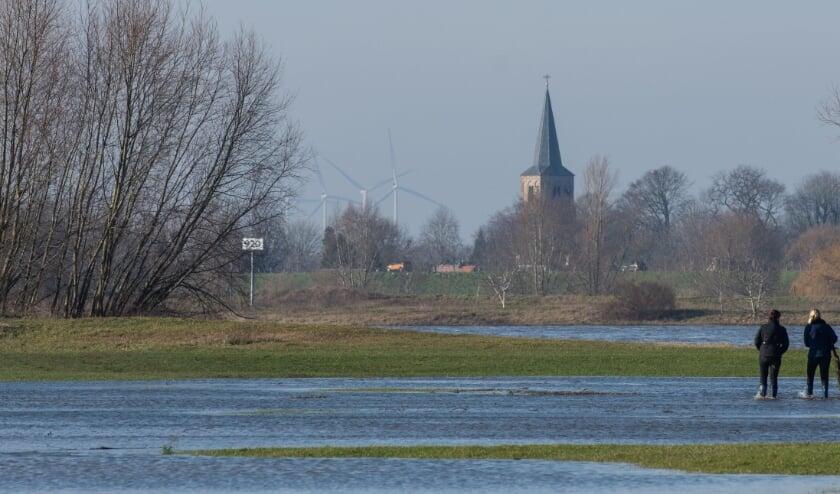 <p>Zicht op de windmolens bij Geldermalsen, gezien vanuit Dreumel.</p>