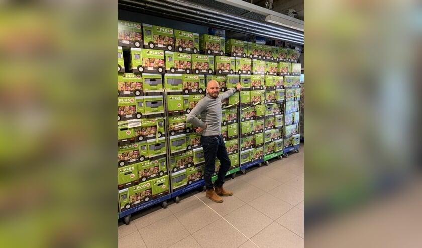George Lenssen met de voedselpakketten voor de Voedselbank.