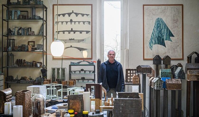 <p>Cor Litjens in zijn atelier.</p>
