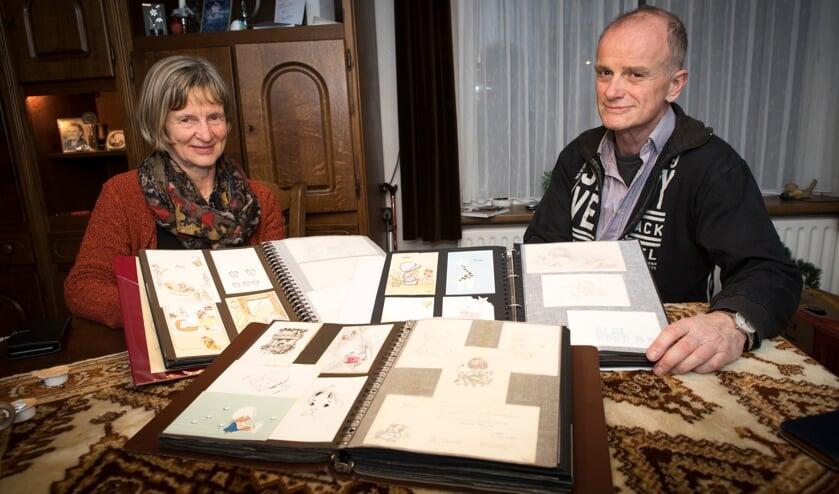 Elly en Wilbert Smits met de verzameling geboortekaartjes van hun overleden moeder.