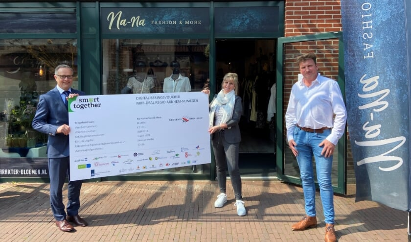 Uit handen van wethouder Hans Driessen ontving Nathalie van Perlo van Na-Na Fashion & More uit Beuningen de eerste Beuningse digitaliseringsvoucher.