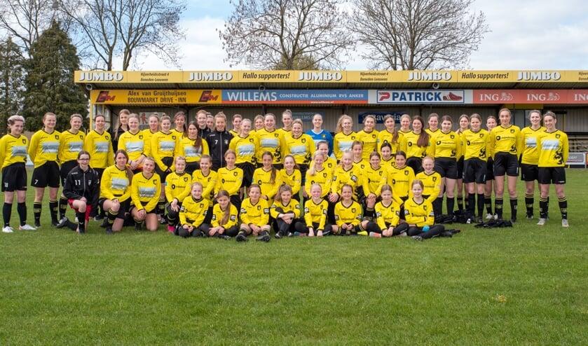 De meiden- en damesvoetbalsters van Leones.