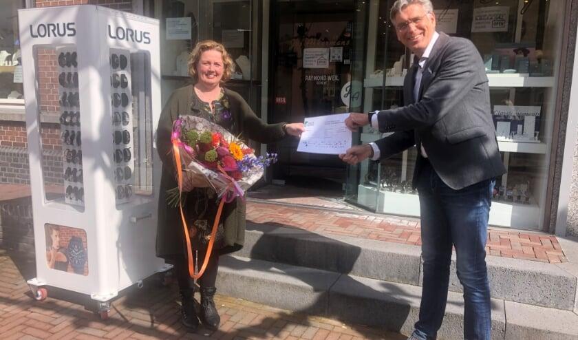 Wethouder Willy Brink reikt eerste waardebon voor hulp bij digitalisering uit