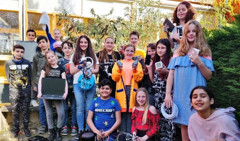 Leerlingen van de Prinses Margrietschool uit Tiel tonen trots de elektrische apparaten die zij hebben ingezameld