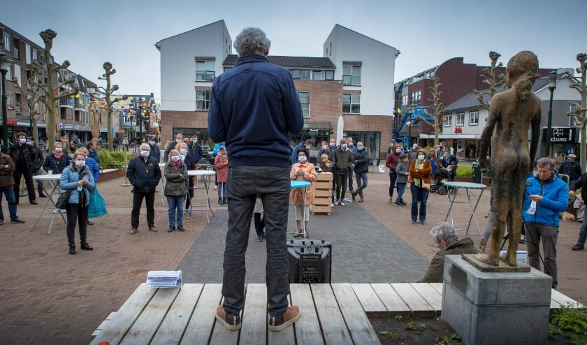 <p>Actie van de Stichting Tegenwind op het Julianaplein in Beuningen. Een ballon wordt opgelaten tot een hoogte van 245 meter.</p>