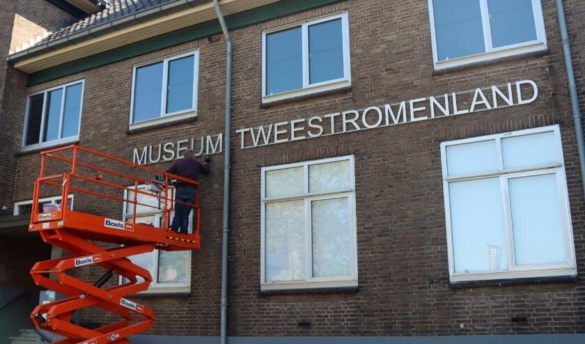 Museum, hoogwerker, schilderen