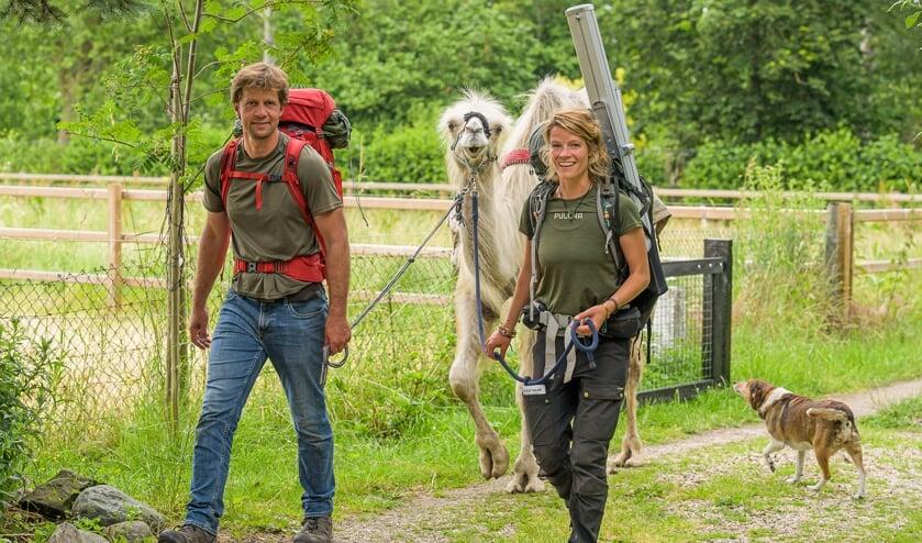 <p>Tamar Valkenier met een metgezel en kameel Einstein.</p>