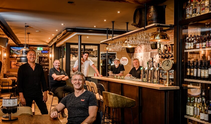 <p>De zes eigenaren van Café de Vrienden in Druten</p>