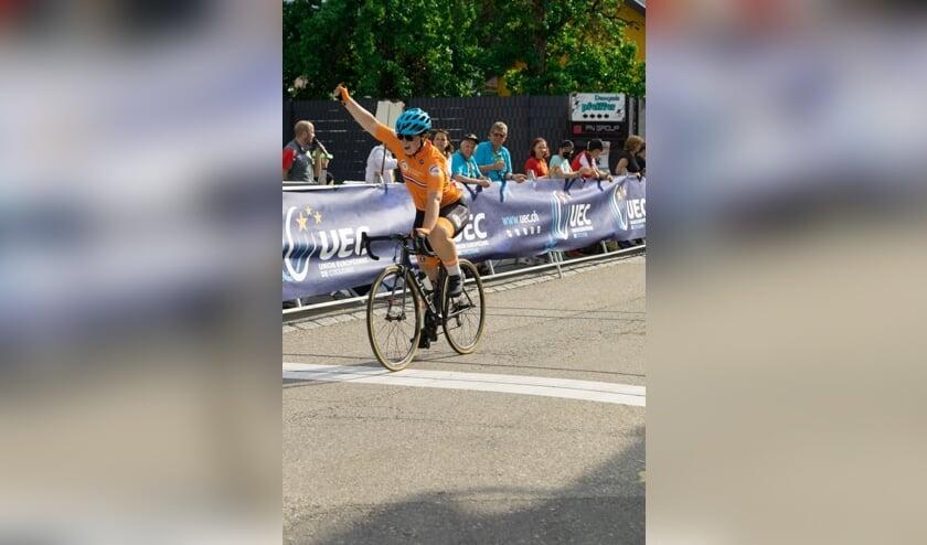<p>Aniek Seelen wint tijdens de wegwedstrijk op het EK Paracycling</p>