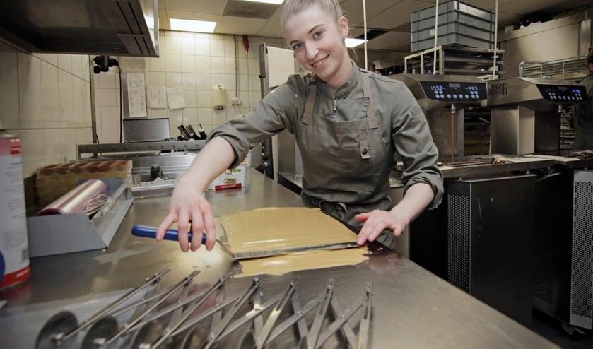 <p>Jamilla Klaassen aan het werk op haar stageplek.</p>